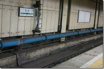 横須賀線、総武線ホーム 放水用青い導水管