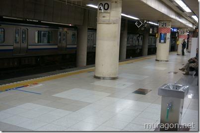 横須賀線、総武線ホームの床タイル