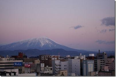 朝日を浴びる岩手山
