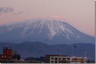 山頂が薄いオレンジ色