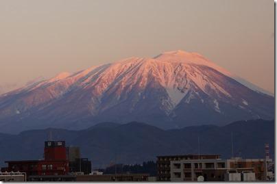 朝日を浴びる岩手山の写真 トリミング版