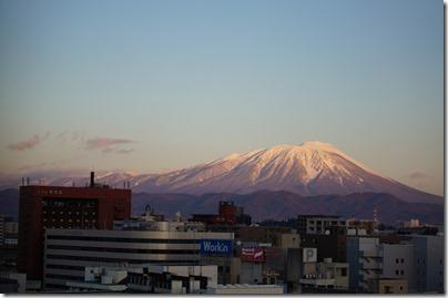 朝日を浴びる岩手山の写真