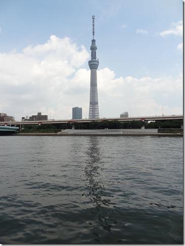 隅田川の川面に映るスカイツリー