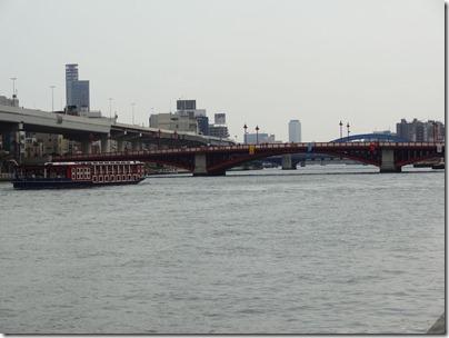 吾妻橋に向かう水上バス