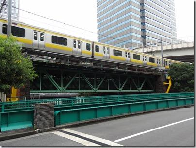 小石川橋通り架道橋を通過する総武線
