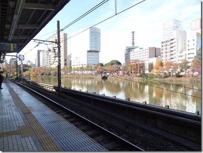 JR市ヶ谷駅のホームから市ヶ谷堀を眺める