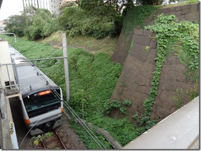 石垣の横をとおる中央線