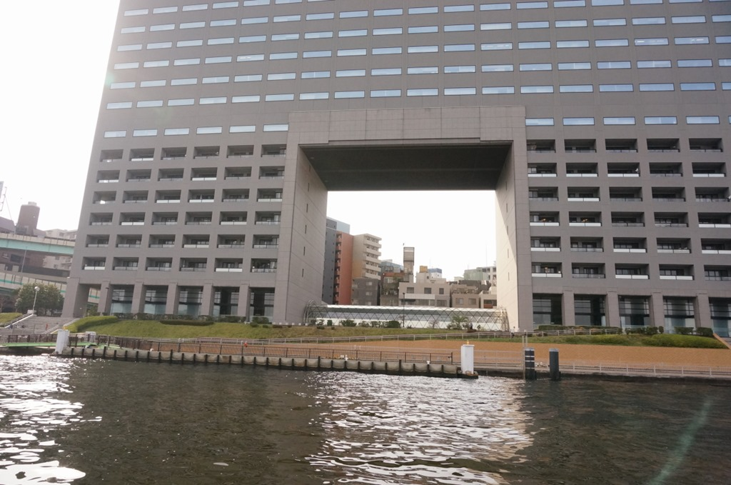 読売新聞のビル 隅田川沿いに建つ読売新聞のビルです。日照権の関係でこのような形になったそうです。
