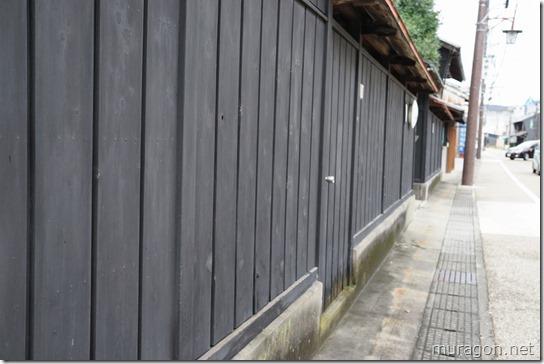 水琴亭の黒壁