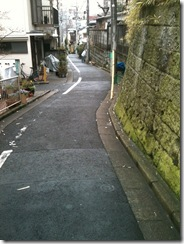 住宅街の狭い坂道