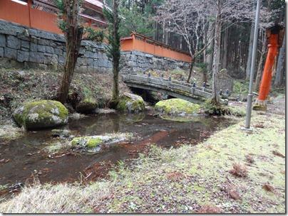 拝殿下の池