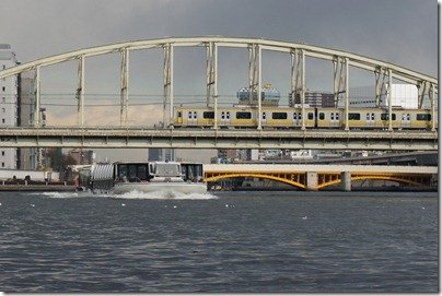 総武線隅田川橋梁と水上バス