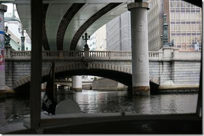 日本橋をくぐる