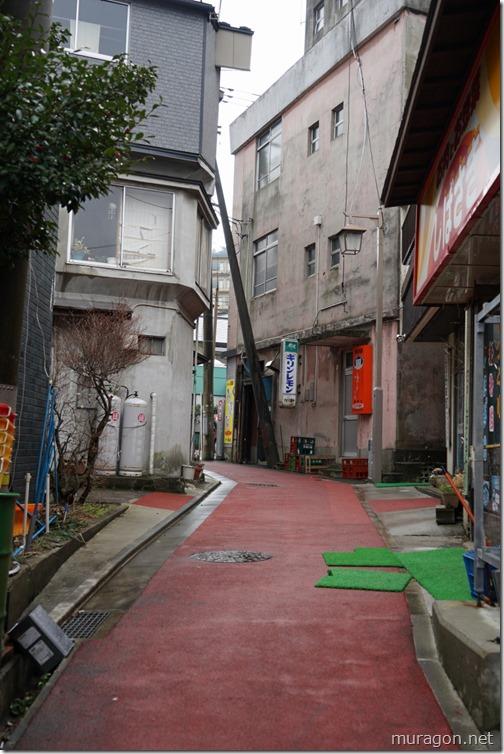 赤い舗装の路地
